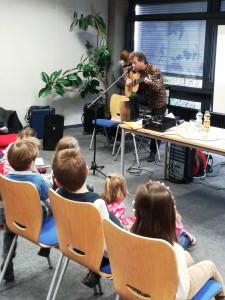 Andrej spielt Gitarre
